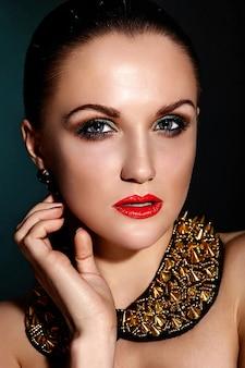 Wygląd mody. glamour portret zbliżenie model piękna brunetka kaukaska młoda kobieta o zdrowych włosach z doskonałą czystą skórę i biżuterię akcesoriów
