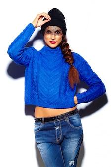 Wygląd mody, glamour stylowa piękna młoda kobieta model z czerwonymi ustami w niebieskim swetrze hipster tkaniny