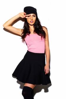 Wygląd mody. glamour stylowy model piękna młoda kobieta z czerwonymi ustami w lecie jasny kolorowy hipster tkaniny w czarnej czapka