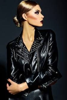 Wygląd mody. seksowny portret piękny seksowny stylowy model blond młoda kobieta z jasnym makijażem z czerwonymi ustami z idealnie czystą skórą w czarnej tkaninie