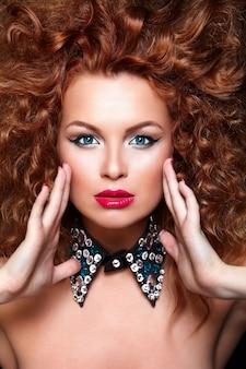 Wygląd mody. seksowny portret zbliżenie piękny seksowny rudy model kaukaski młoda kobieta z czerwonymi ustami, jasny makijaż, z idealnie czystą skórę z biżuterią na czarnym tle