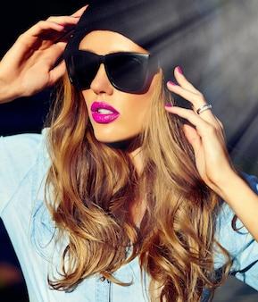 Wygląd mody. seksowny styl życia blond kobieta dziewczyna model w dorywczo dżinsy szorty tkaniny na zewnątrz na ulicy w czarnej czapce w okularach