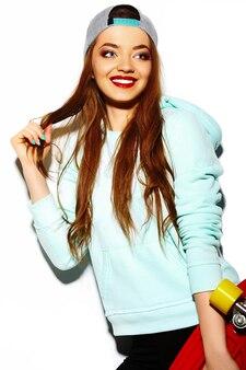 Wygląd mody. seksowny stylowy seksowny piękna młoda kobieta brunetka model w lecie jasne hipster tkaniny z deskorolka
