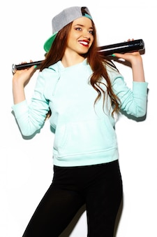 Wygląd mody. seksowny stylowy seksowny piękna młoda kobieta brunetka model w lecie jasne hipster tkaniny z kijem baseballowym