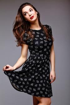 Wygląd mody. seksowny stylowy seksowny piękna młoda kobieta model w lato czarna sukienka hipster