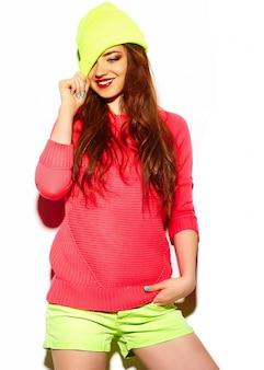 Wygląd mody. seksowny stylowy seksowny piękny model młoda brunetka kobieta w lecie jasne hipster tkaniny w żółtej czapce