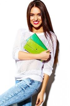 Wygląd mody. seksowny stylowy seksowny uśmiechający się piękna młoda kobieta model w lecie jasny biały dorywczo hipster tkaniny z kolorową torebkę sprzęgła