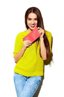 Wygląd mody. seksowny stylowy seksowny uśmiechający się piękna młoda kobieta model w lecie jasny żółty hipster dorywczo tkaniny z torebki sprzęgła