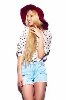 Wygląd mody. seksowny stylowy seksowny uśmiechający się piękny młody blond kobieta model w lecie jasne dżinsy hipster tkaniny w czerwonym kapeluszu
