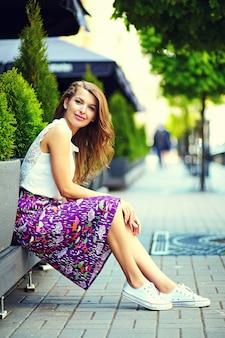 Wygląd mody. seksowny stylowy seksowny uśmiechający się piękny zmysłowy młoda kobieta model w lecie jasne hipster ubrania na ulicy