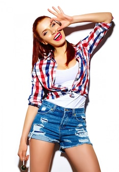 Wygląd mody. seksowny stylowy seksowny uśmiechający się zabawny piękna młoda kobieta model w lecie jasne jasne hipster dorywczo tkaniny ze słodkim lizakiem