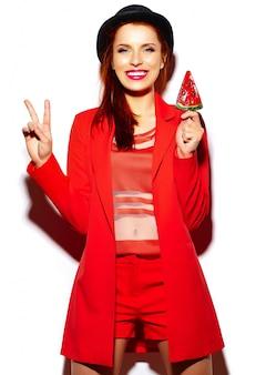 Wygląd mody. seksowny stylowy seksowny uśmiechający się zabawny piękna młoda kobieta model w lecie jasny czerwony hipster dorywczo tkaniny ze słodkim lizakiem