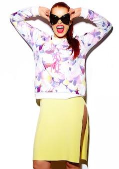 Wygląd mody. seksowny stylowy seksowny uśmiechający się zabawny piękna młoda kobieta model w lecie jasny niebieski dorywczo hipster tkaniny w kapelusz słońce