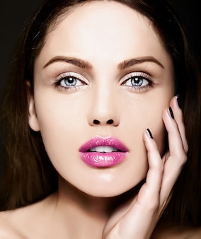 Wygląd mody. seksowny zbliżenie piękno portret pięknej kaukaskiej młodej kobiety modelu z nagim makijażem z idealnie czystą skórą z kolorowymi różowymi ustami