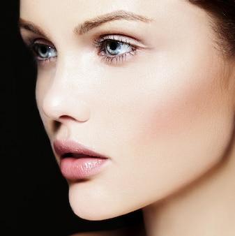 Wygląd mody. seksowny zbliżenie piękno portret pięknej młodej kobiety rasy kaukaskiej model z nagim makijażem z idealnie czystą skórą