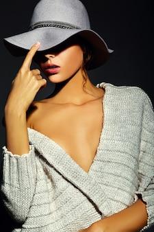 Wygląd mody. seksowny zbliżenie portret model piękny seksowny stylowy młoda kobieta z jasny makijaż z idealnie czystą skórę w swobodnej szmatki w kapeluszu
