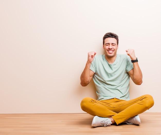 Wyglądać na niezwykle szczęśliwego i zaskoczonego, świętując sukces, krzycząc i skacząc