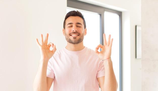 Wyglądać na skoncentrowanego i medytującego, czuć się usatysfakcjonowanym i zrelaksowanym, myśleć lub dokonywać wyboru