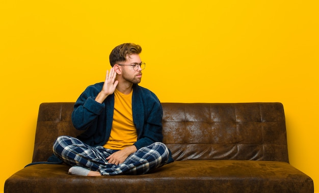 Wyglądać poważnie i ciekawie, nasłuchiwać, próbować usłyszeć tajną rozmowę lub plotkę, podsłuchiwać