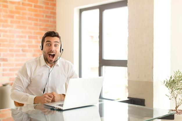 Wyglądający na bardzo zszokowanego lub zaskoczonego, patrząc z otwartymi ustami i mówiącym wow