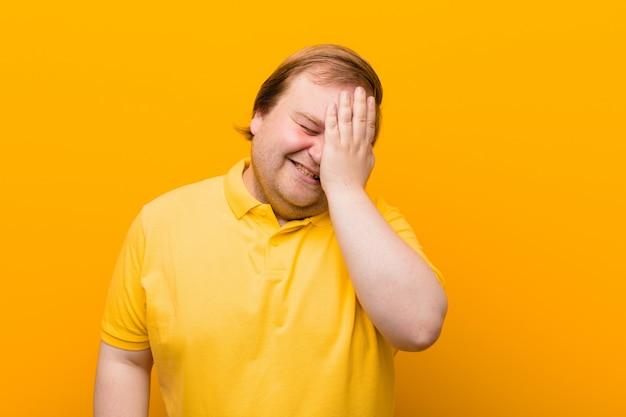 Wyglądający na sennego, znudzonego i ziewającego, z bólem głowy i jedną ręką zakrywającą połowę twarzy