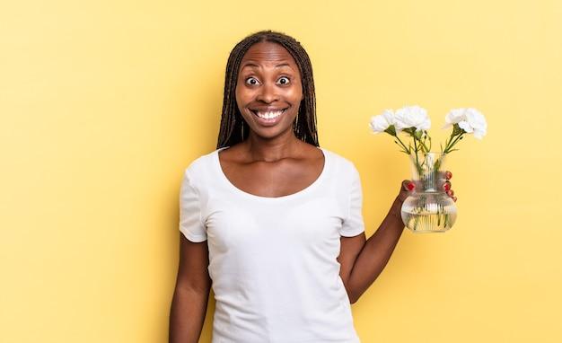 Wyglądający na szczęśliwych i mile zaskoczonych, podekscytowanych z zafascynowanym i zszokowanym wyrazem twarzy. koncepcja dekoracyjnych kwiatów