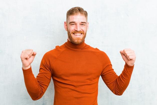 Wyglądający na wyjątkowo szczęśliwego i zaskoczonego, świętujący sukces, krzyczący i skaczący