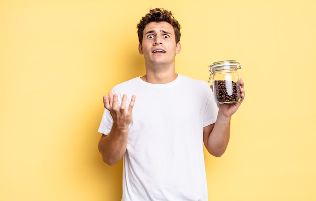 Wyglądający na zdesperowanego i sfrustrowanego, zestresowanego, nieszczęśliwego i zirytowanego, krzyczącego i krzyczącego. koncepcja ziaren kawy
