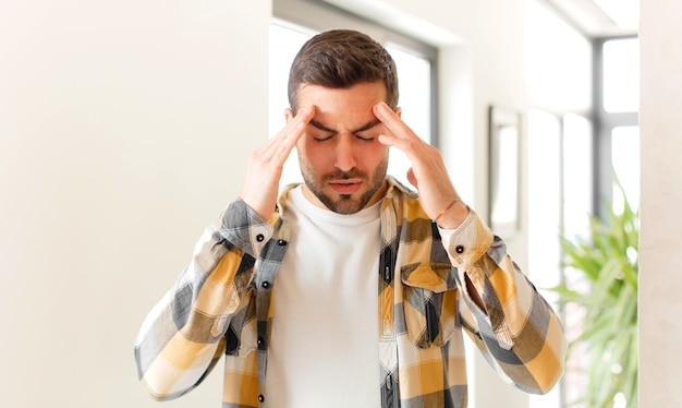 Wyglądający na zestresowanego i sfrustrowanego, pracującego pod presją, z bólem głowy i z problemami