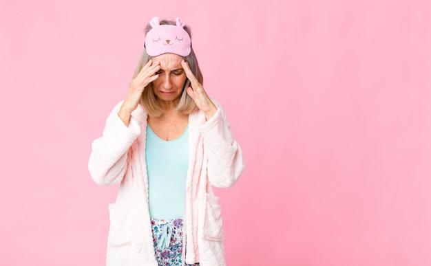 Wyglądający na zestresowanego i sfrustrowanego, pracujący pod presją z bólem głowy i zmartwiony problemami
