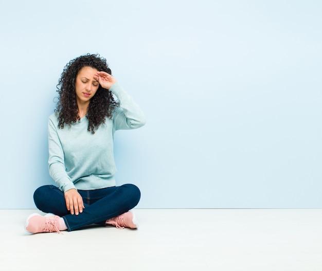 Wyglądający na zestresowanego, zmęczonego i sfrustrowanego, suszącego pot z czoła, czującego się beznadziejnie i wyczerpany