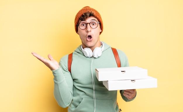 Wyglądał na zaskoczonego i zszokowanego, z opuszczoną szczęką, trzymając z boku przedmiot otwartą dłonią. koncepcja pizzy