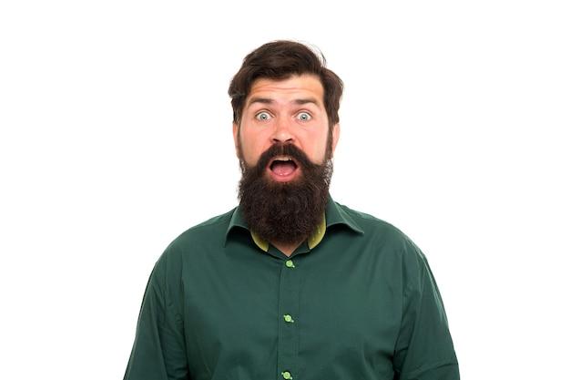 Wyglądam na zdziwioną. zaskoczony hipster na białym tle. brodaty mężczyzna trzyma usta otwarte ze zdziwienia. szokujące wiadomości. fryzjer. salon fryzjerski. kosmetyki do pielęgnacji skóry. produkty do pielęgnacji włosów. fryzjerstwo i pielęgnacja.