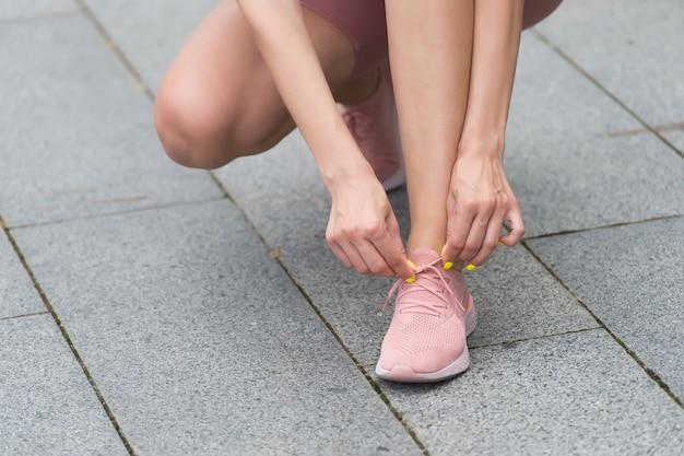 Wygoda i styl w równowadze kobiece dłonie koronkowe buty sportowe wiązanie sznurowadeł kobiety