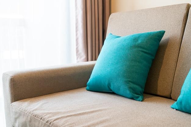 Wygodna dekoracja poduszek na sofie w salonie
