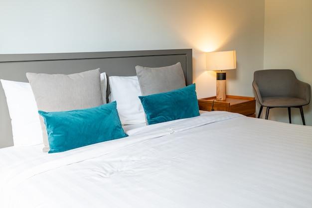 Wygodna dekoracja poduszki na łóżko w sypialni