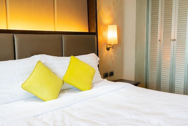 Wygodna dekoracja poduszki na łóżku w sypialni hotelowej