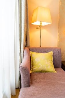 Wygodna dekoracja poduszki na rozkładanej sofie