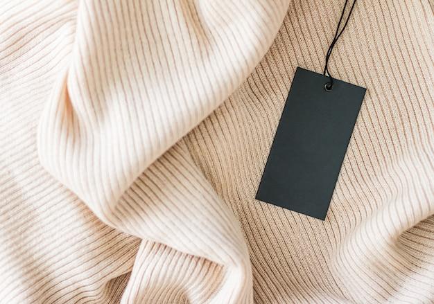 Wygodna odzież i czarna metka z ceną jako płaskie tło zrównoważona moda i koncepcja marki marki