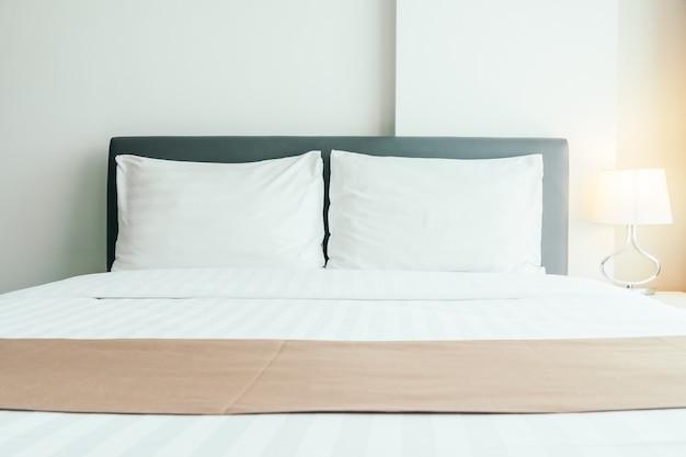 Wygodna poduszka na łóżku