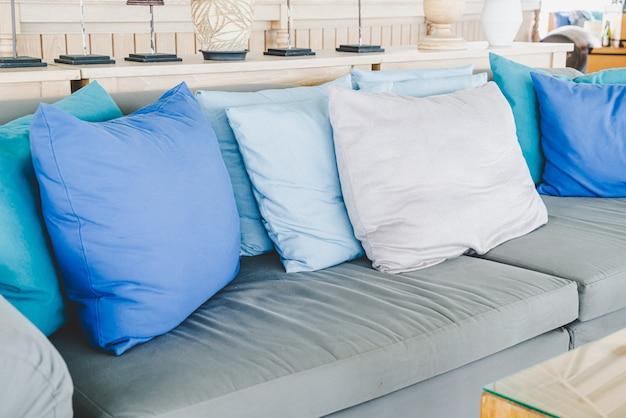 Wygodna poduszka na sofie na patio