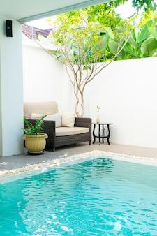 Wygodną poduszkę udekorujesz na sofie wokół basenu
