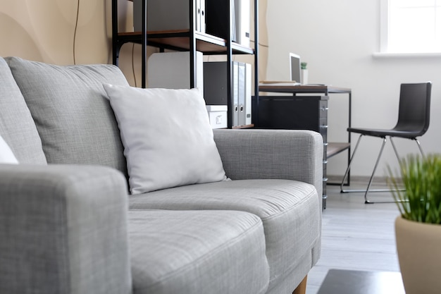 Wygodna sofa w nowoczesnym biurze