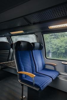 Wygodne i piękne niebieskie siedzenia w pociągu. transport. podróże