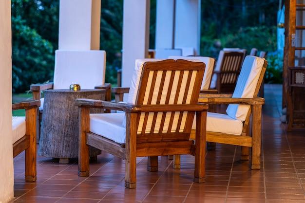 Wygodne krzesła na pustym tarasie wieczorem, tanzania, afryka wschodnia