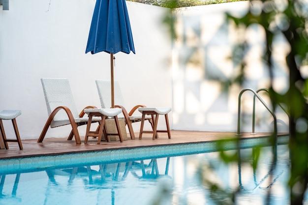 Wygodne krzesło na basenie, nowoczesne krzesło.