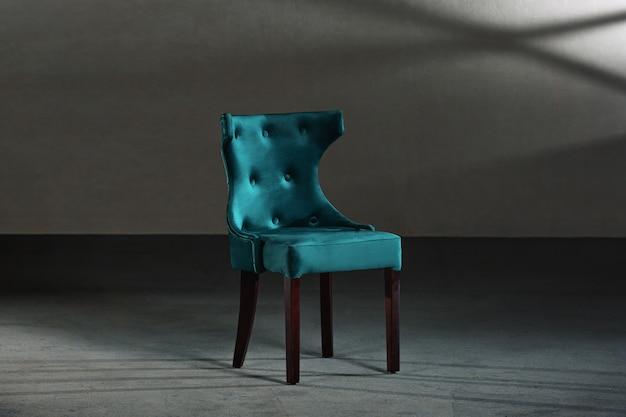 Wygodne krzesło skrzydłowe w warsztacie stolarskim