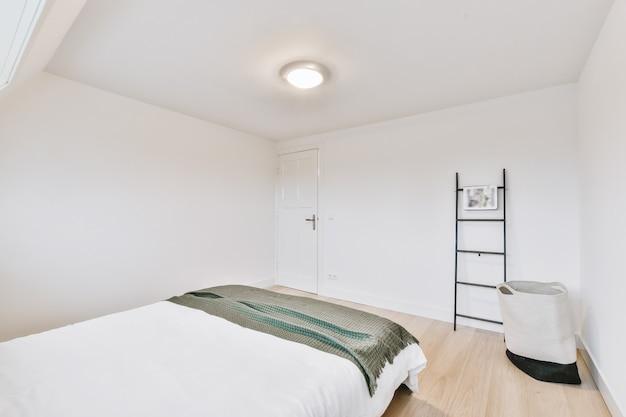 Wygodne łóżka znajdują się w jasnej sypialni w jasnym mieszkaniu