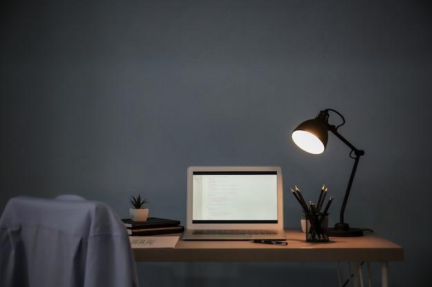 Wygodne miejsce pracy z laptopem na biurku w domu