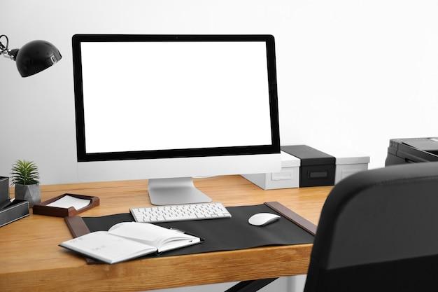 Wygodne miejsce pracy z monitorem komputera na stole w biurze